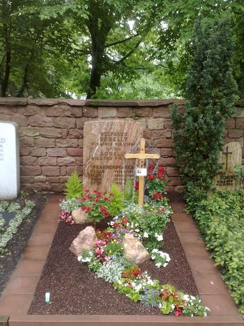 otto blumen floristik dekoration raumbegr nung und friedhofsg rtnerei in mannheim das grab. Black Bedroom Furniture Sets. Home Design Ideas
